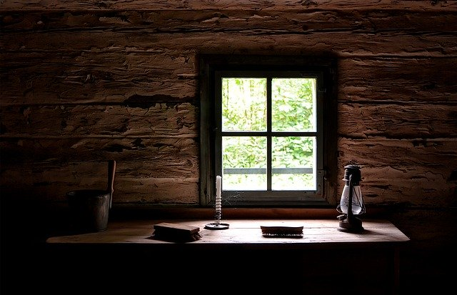 window-cottage-dining-table